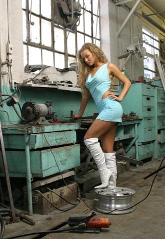 Véronika dans un garage